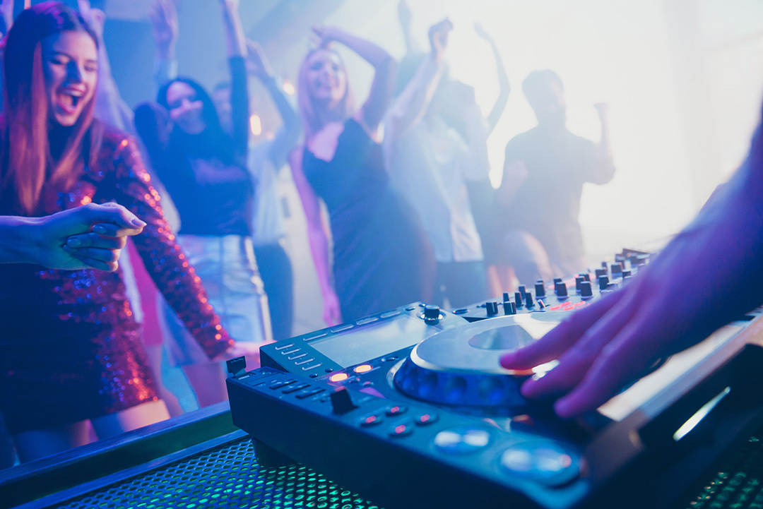 Why-Music-Producers-are-the-best-Djs-Readin-Crowd